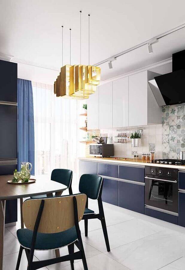 cozinha azul marinho com armários planejados Foto Pinterest