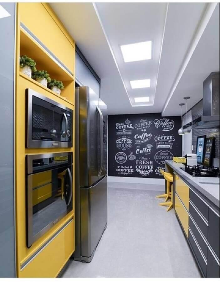 cozinha planejada amarela e cinza com parede lousa Foto Pinterest