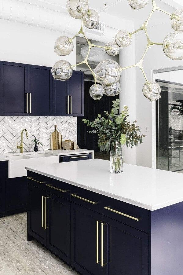cozinha planejada sofisticada com armários azul marinho Foto Idea Inspirations