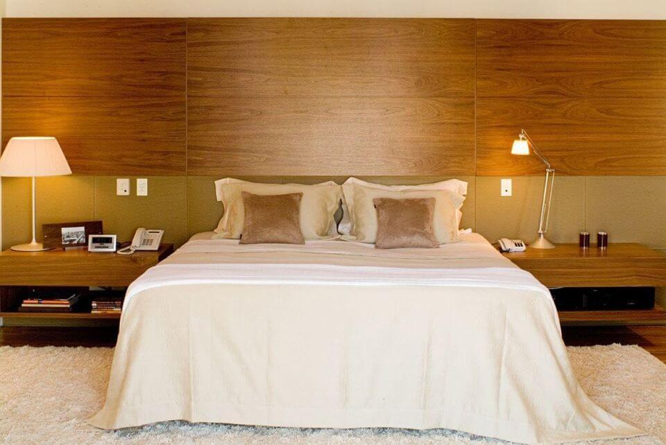 criado mudo suspenso - painel de madeira na parede e tapete de pelinho