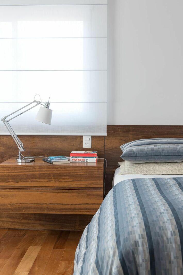 criado mudo suspenso - quarto com criado mudo e luminária