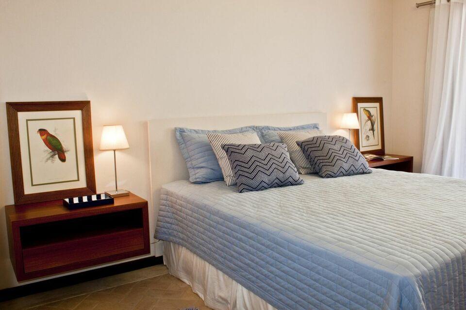 criado mudo suspenso - quarto com quadros decorativos no criado mudo