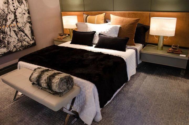 criado mudo suspenso - quarto de casal moderno com abajur no criado mudo