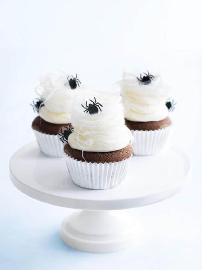 cupcake decorado com aranhas de chocolate para dia das bruxas Foto Pinterest