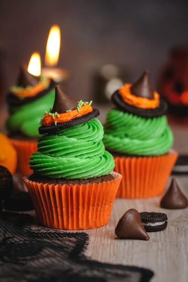cupcake decorado com chapeuzinho de chocolate para dia das bruxas Foto Eazy Peazy Mealz