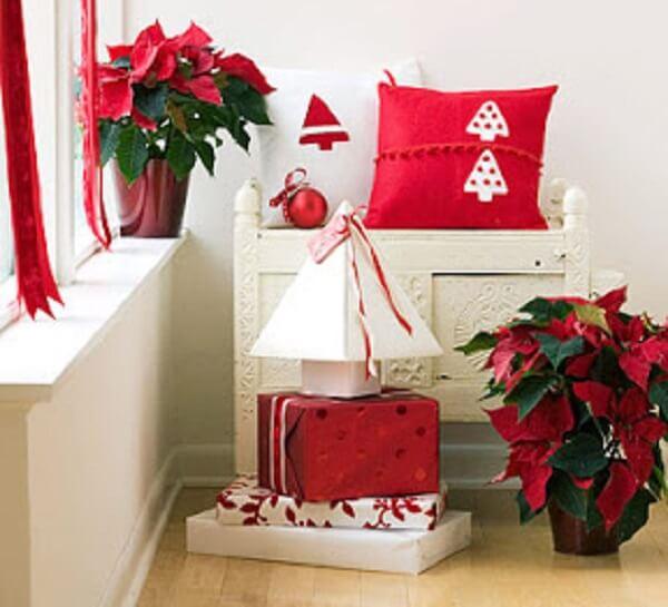 Almofadas de Natal em tons de branco e vermelho