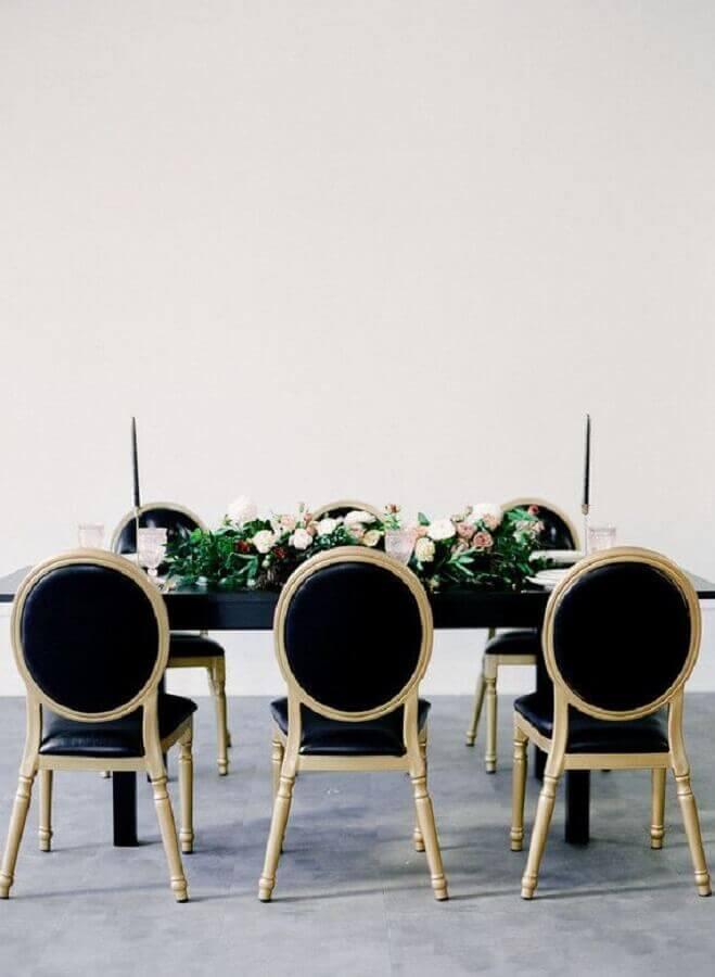 decoração clean com cadeiras e mesa preta para mini wedding Foto 100 Layer Cake