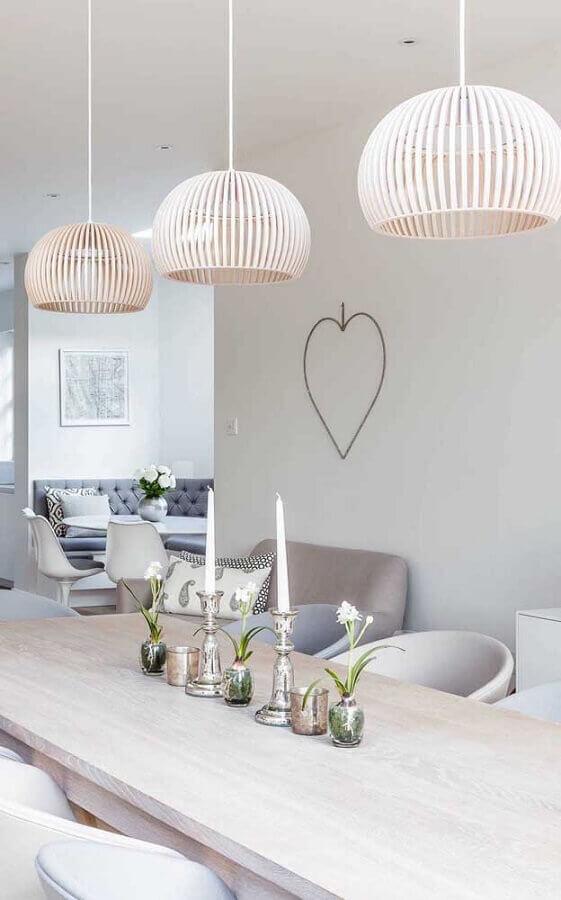 decoração clean com castiçal para vela em mesa de madeira clara Foto Pinosy