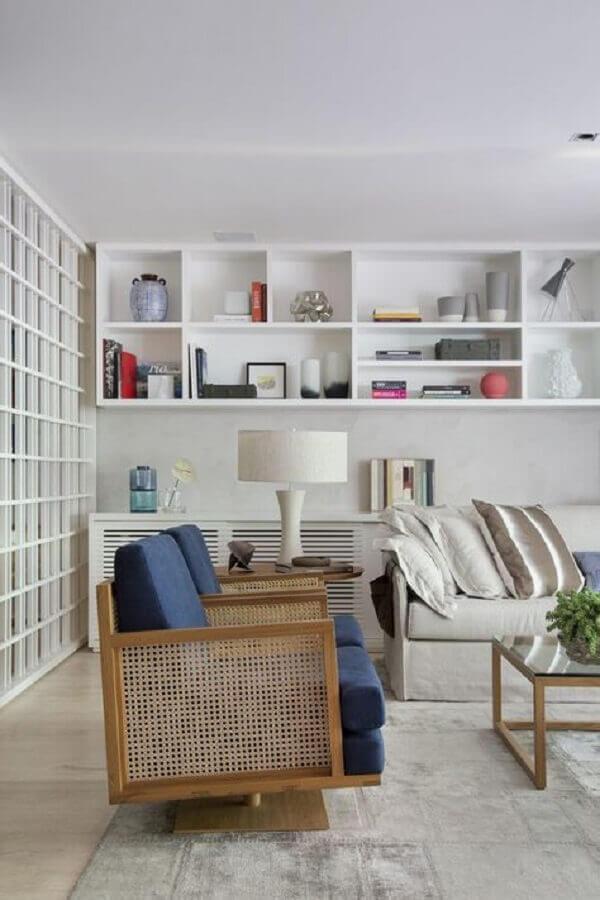 decoração clean para sala com poltrona azul marinho com estrutura de madeira Foto Pinterest