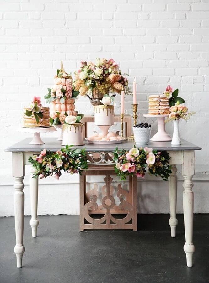 decoração com arranjo de flores para mesa de bolo de mini wedding Foto Pesona Pengantin