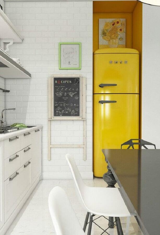 decoração com cadeiras diferentes para cozinha amarela e branca Foto Pinosy