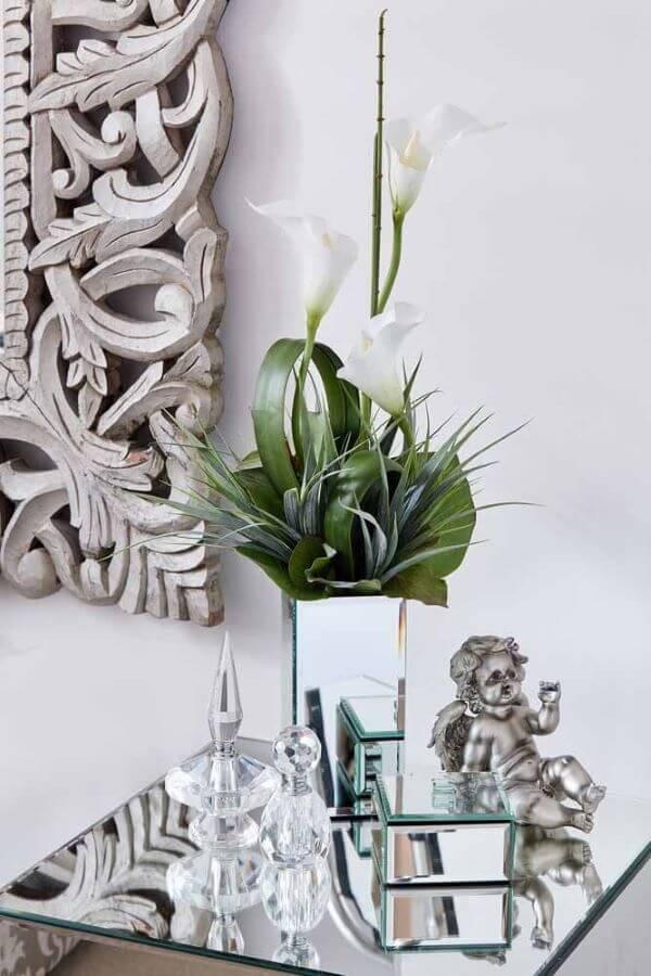 Decoração com copo de leite e vaso espelhado