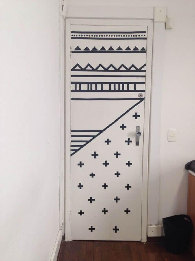 decoração com fita isolante preta para porta branca Foto Pinterest