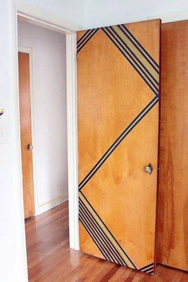 decoração com fita isolante preta para porta de madeira Foto Odyssey