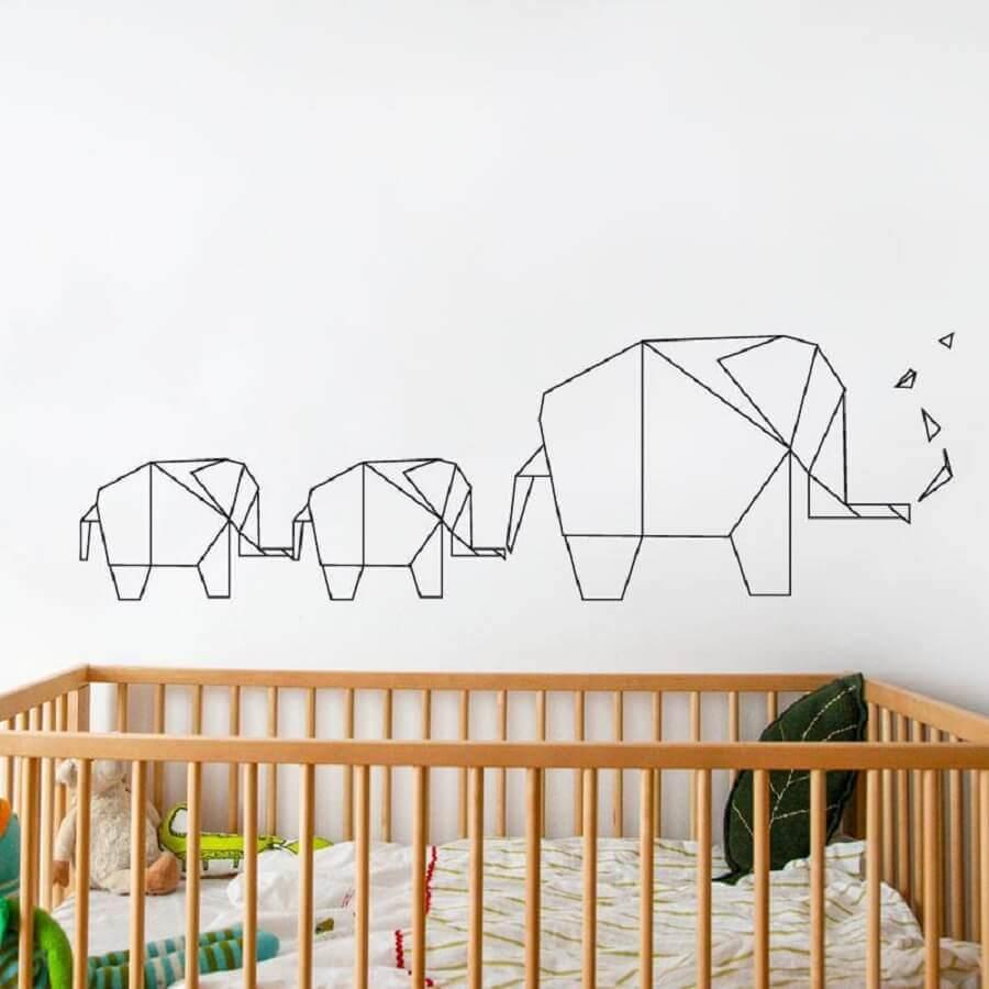 decoração com fita isolante preta para quarto de bebê com berço de madeira Foto Lowe's Canada