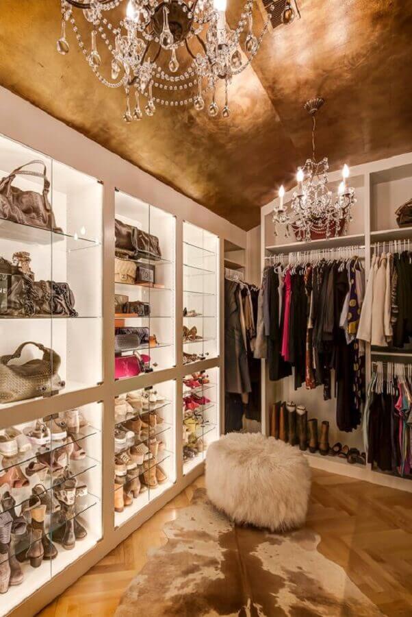 decoração com lustres de cristais e puff redondo peludo para closet feminino de luxo Foto Decoredo