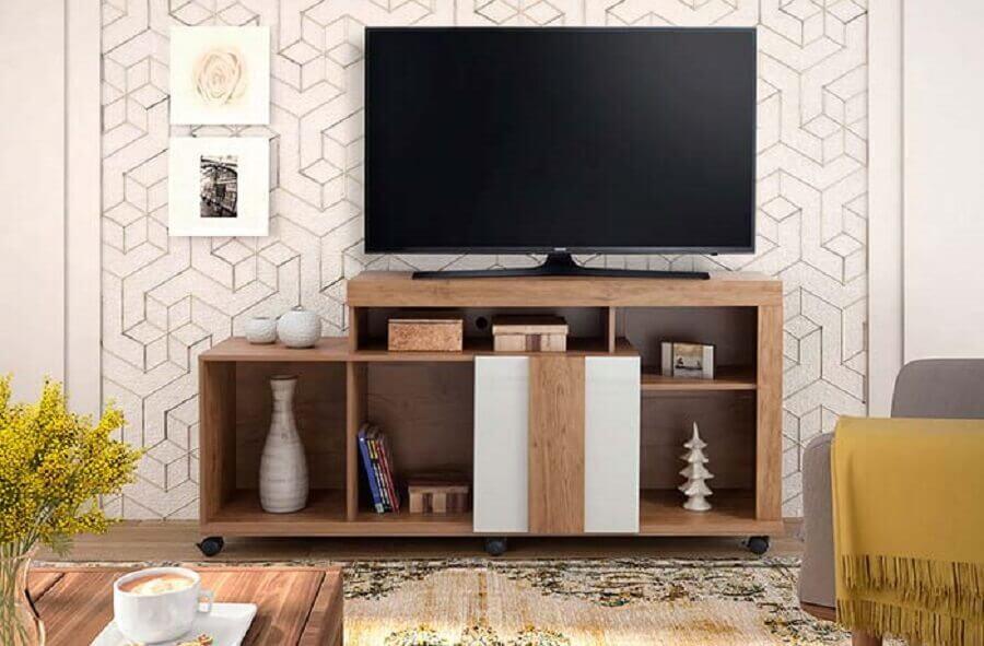 decoração com papel de parede e rack para sala pequena com rodinhas Foto Greenbelt Bowl