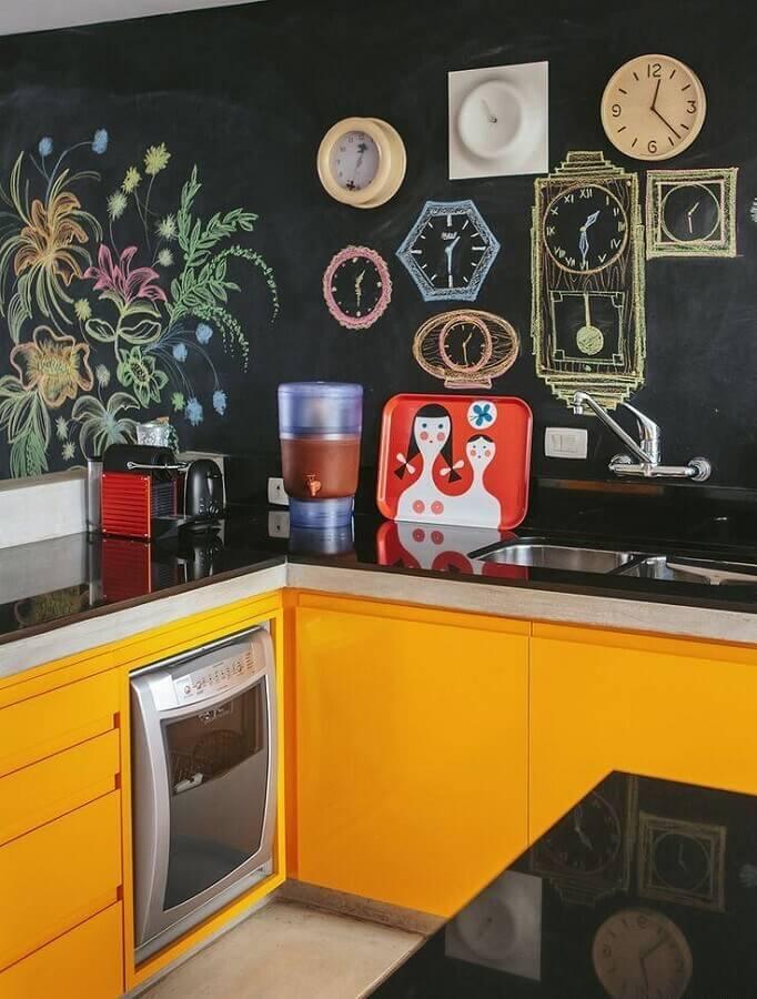 decoração com parede de lousa e armário de cozinha amarelo Foto Assetproject
