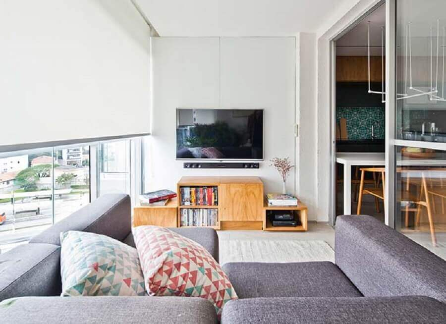 decoração com sofá cinza e rack para sala pequena Foto Farm House Room