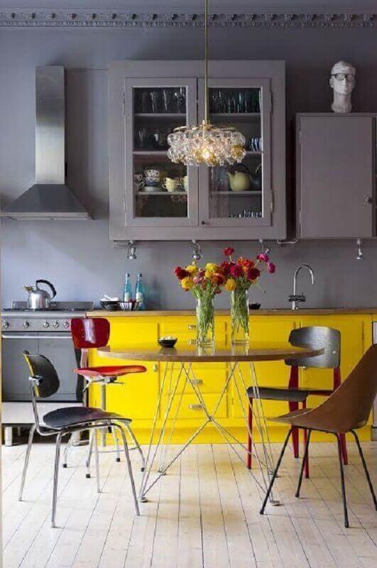 decoração cozinha cinza e amarela com cadeiras diferentes Foto Etsy