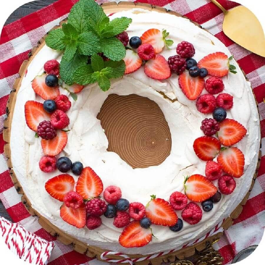 decoração de bolo de natal com chantilly e frutas vermelhas Foto Apetite de Negócios