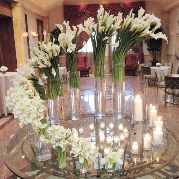 Decoração de casamento com lindos arranjos de copo de leite