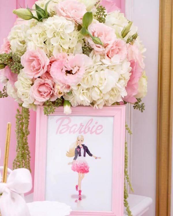 Decoração de festa da barbie com flores e quadros decorativos