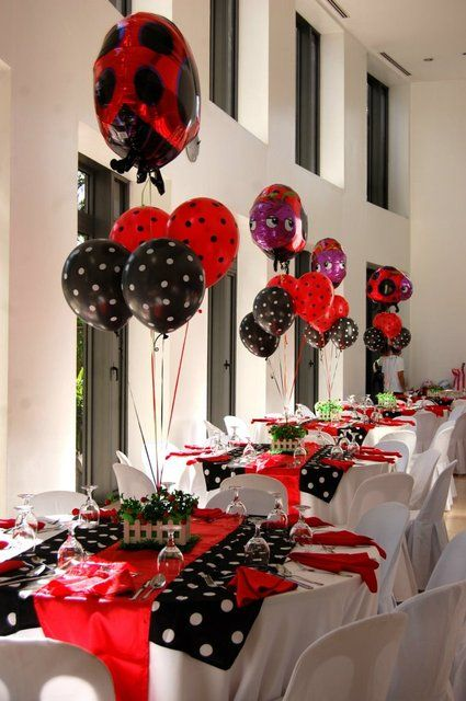 Decoração de festa ladybug com toalha de poá