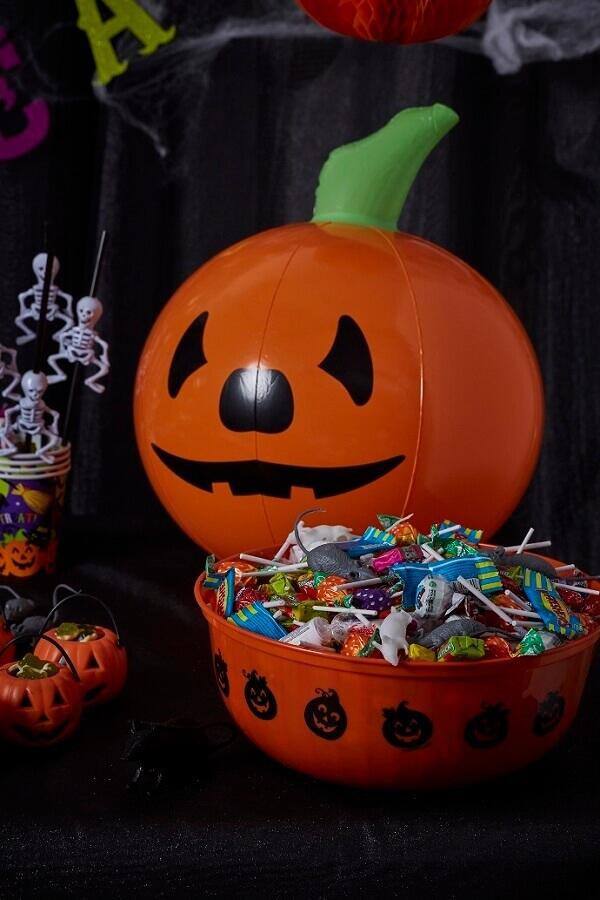 decoração de mesa dia das bruxas com jack-o-lantern e guloseimas Foto Pinterest