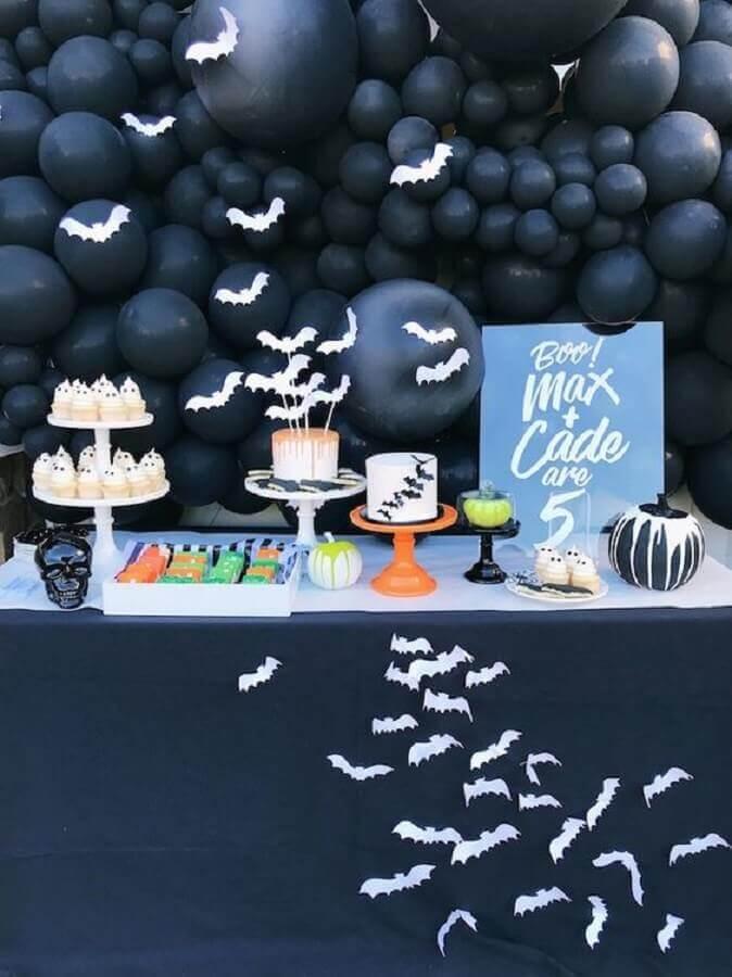 decoração de mesa dia das bruxas toda preta com morcegos brancos Foto Kara's Party Ideas