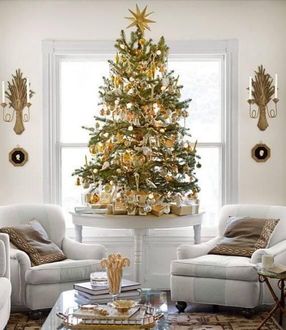decoração de natal para sala de estar com detalhes em dourado