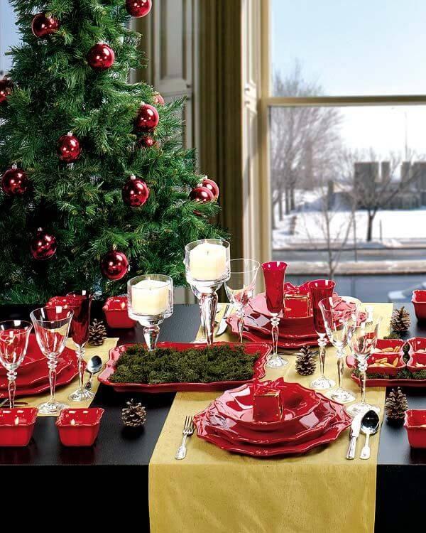 Aparelho de jantar vermelho combinando com a decoração de natal para sala