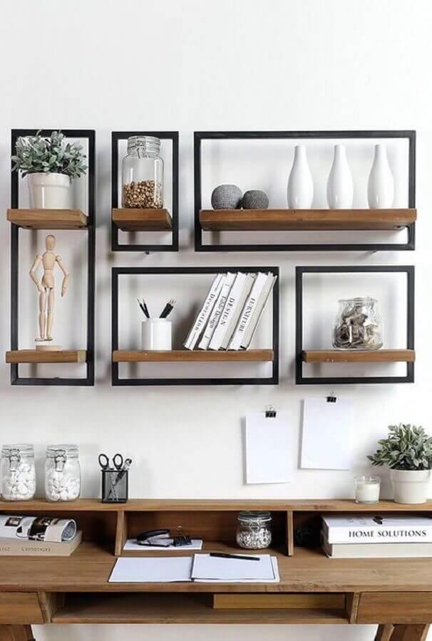 decoração de parede com fita isolante formando retângulos ao redor de prateleiras Foto Conexão Cool