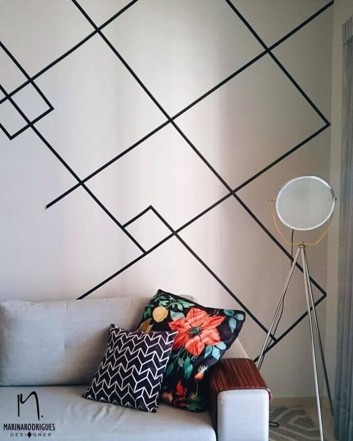 decoração de parede com fita isolante preta para sala com sofá cinza Foto Marina Rodrigues