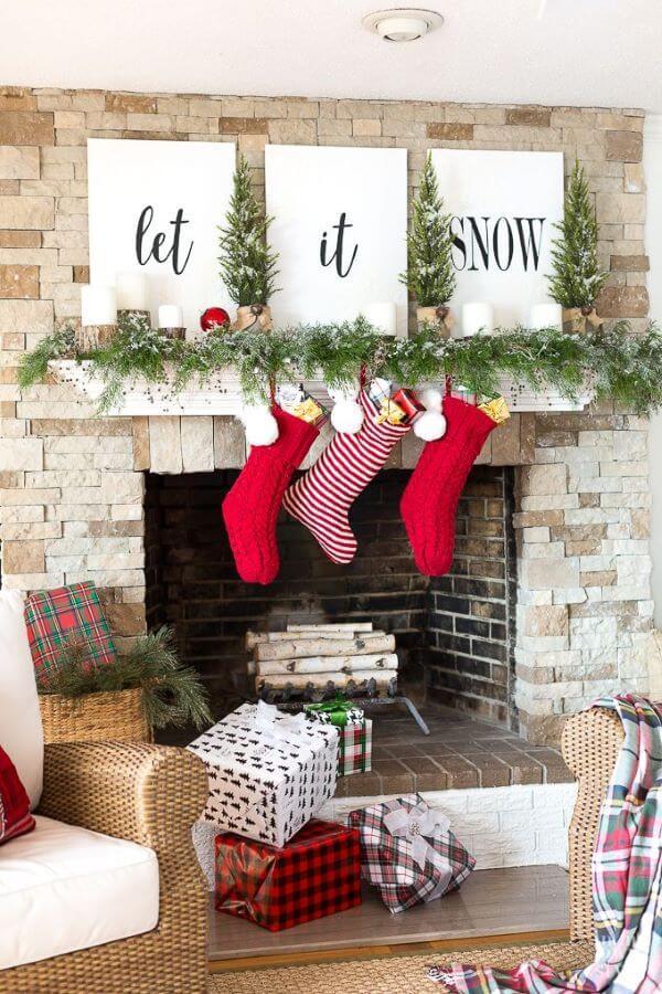 decoração de natal para sala de estar com meias é linda e temática