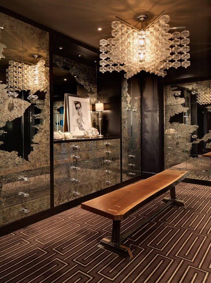 decoração escura para closet luxuoso com móveis espelhados e lustre de cristal Foto HomeAdore