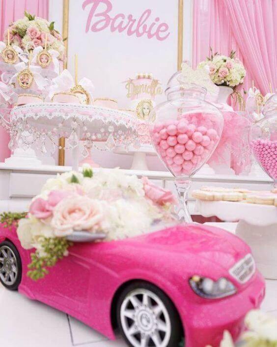 Decoração de festa da barbie com doces e carrinho rosa