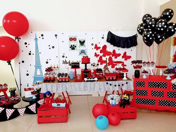 Decoração de festa da ladybug com as cores vermelho, preto, branco e azul
