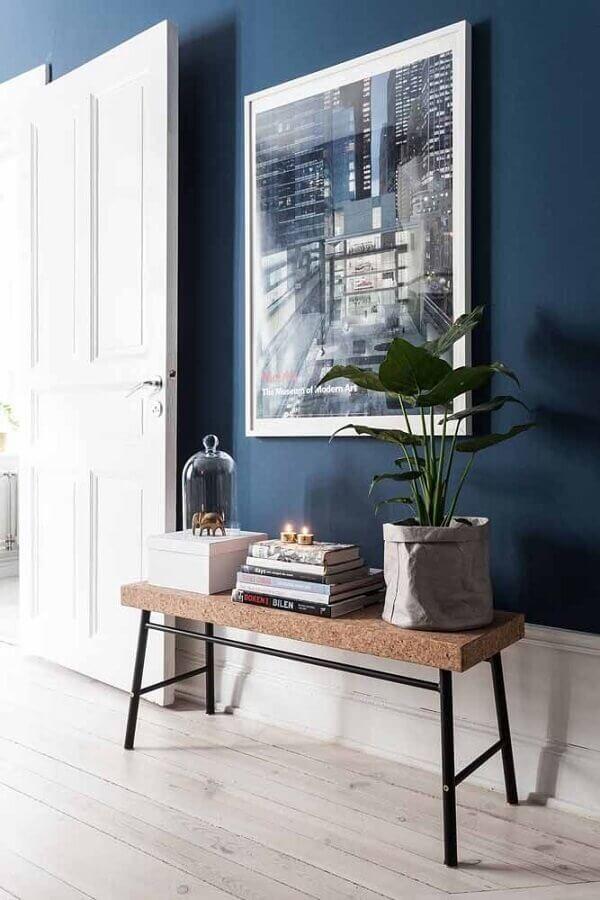 decoração hall de entrada com parede na cor azul marinho Foto HomeDeco