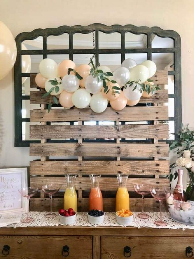decoração mini wedding barato com bexigas pequenas e pallet Foto Oh How Charming