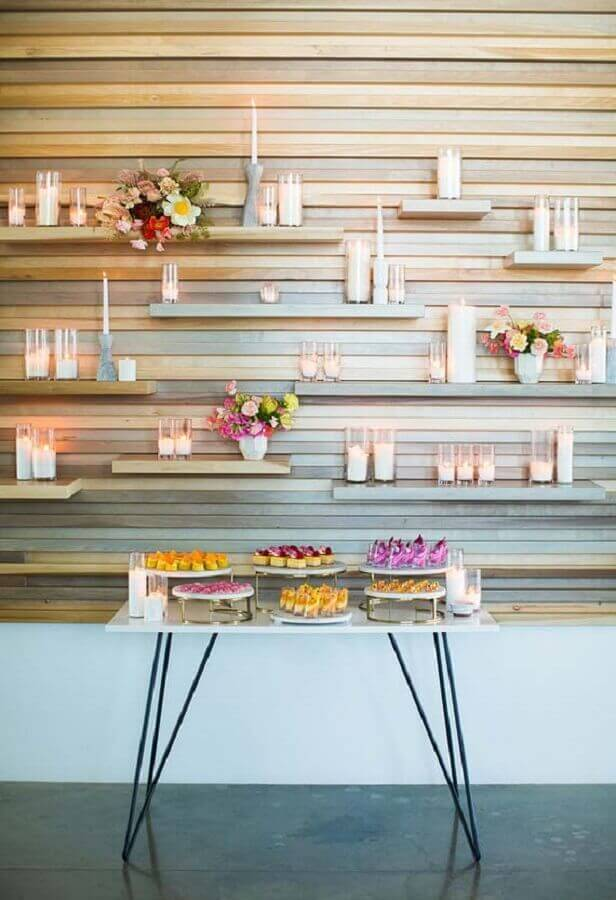 decoração mini wedding com velas em prateleiras de madeira Foto 100 Layer Cake