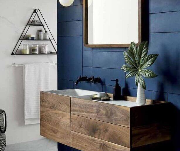 decoração moderna para banheiro azul marinho com gabinete de madeira  Foto Maurício Gebara Arquitetura