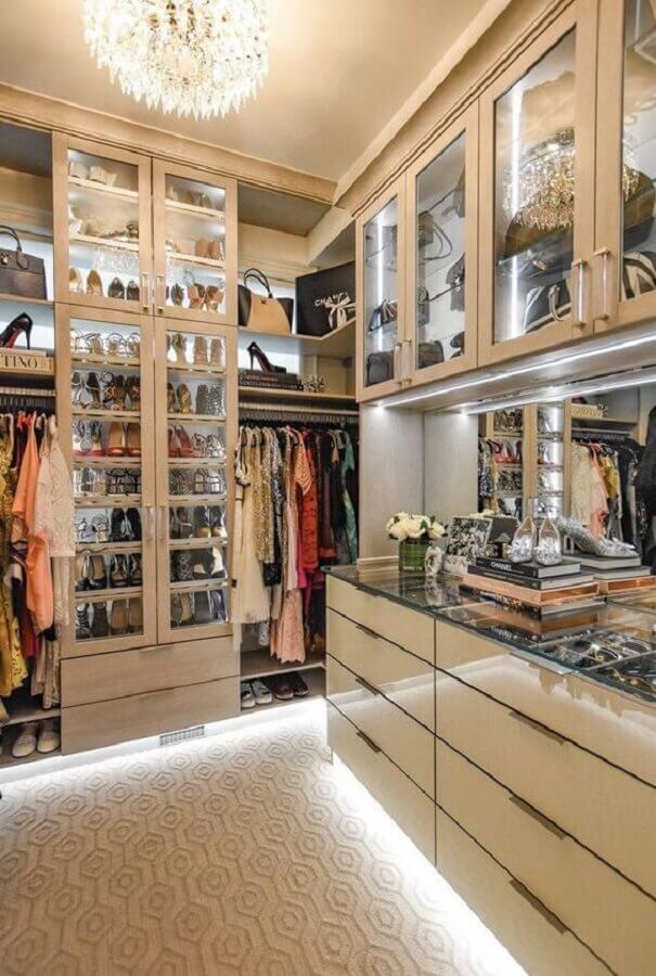 decoração moderna para closet luxuoso com iluminação embutida Foto Corrine