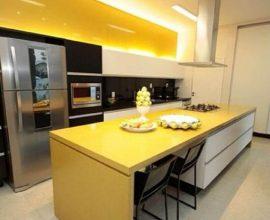 decoração moderna para cozinha amarela e preta com ilha Foto Pinterest
