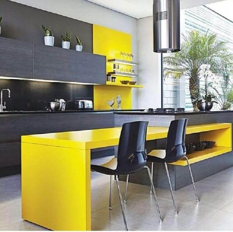decoração moderna para cozinha planejada amarela e preta com iluminação embutida em armário aéreo e ilha com coifa Foto Design by Colors