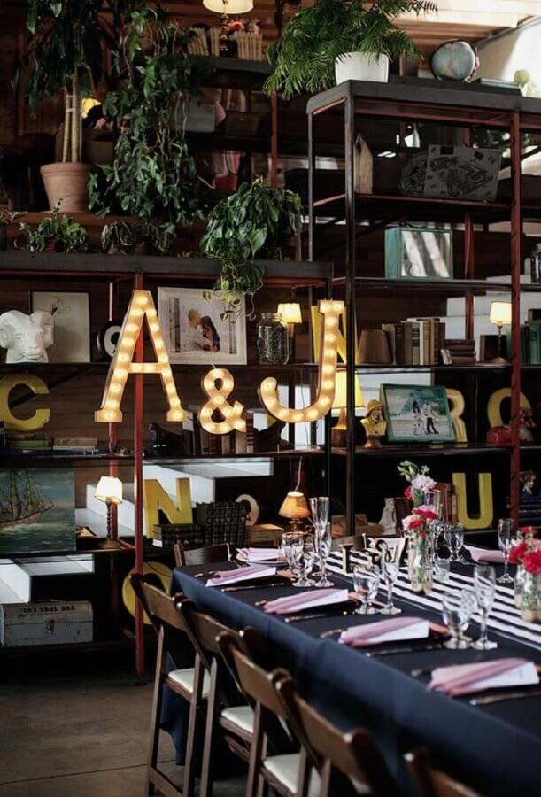 decoração moderna para mini wedding em casa com toalha preta e luminária de letra Foto Pinterest