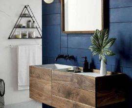 decoração para banheiro moderno com parede azul marinho e gabinete de madeira