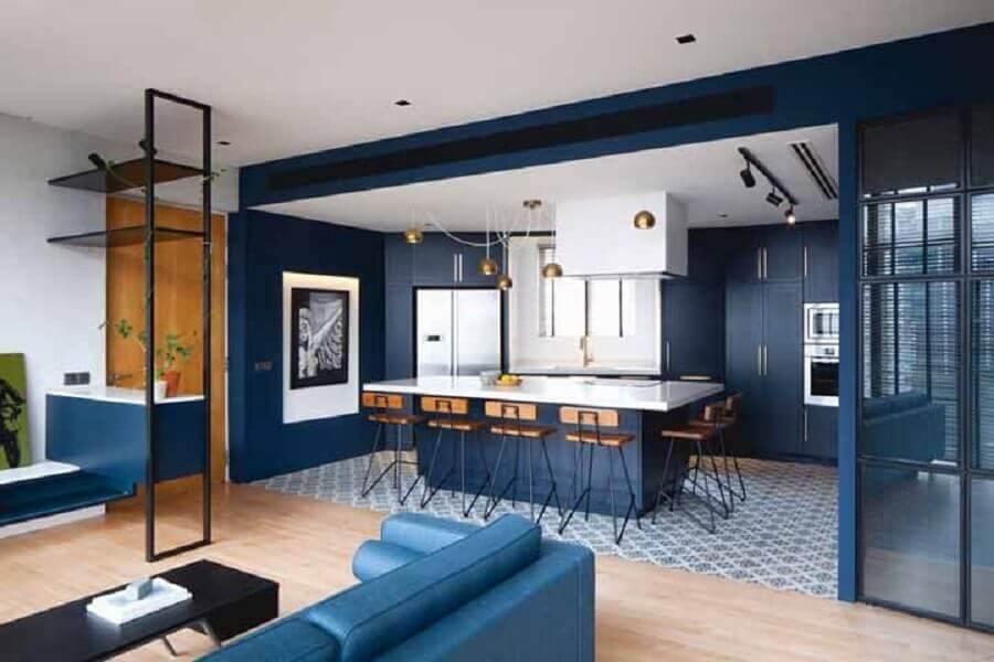 decoração para casa na cor azul marinho com conceito aberto Foto Architizer