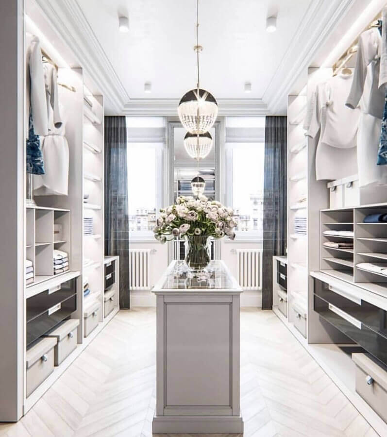 decoração para closet luxuoso amplo com lustres de cristais Foto The Style Index