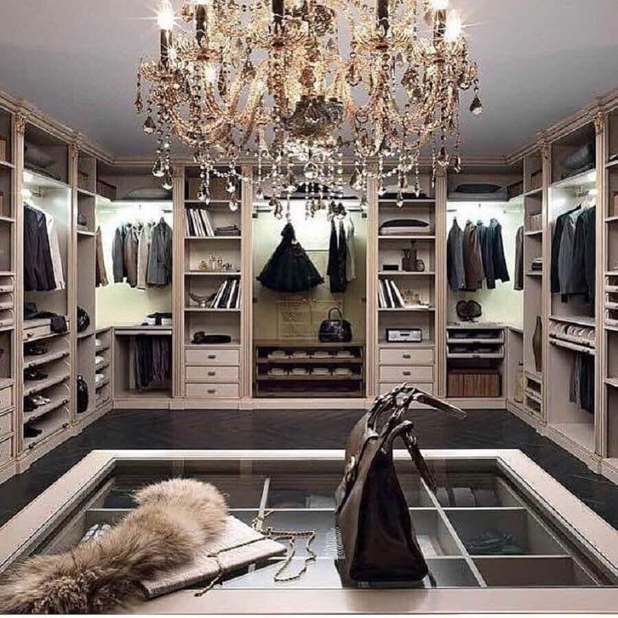 decoração para closet luxuoso com lustre de cristal Foto We Heart It